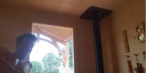Intérieure du sauna en bois et poêle a bûches