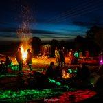 Le sauna au bord du feu de camp lors d'une soirée entre amis et en famille